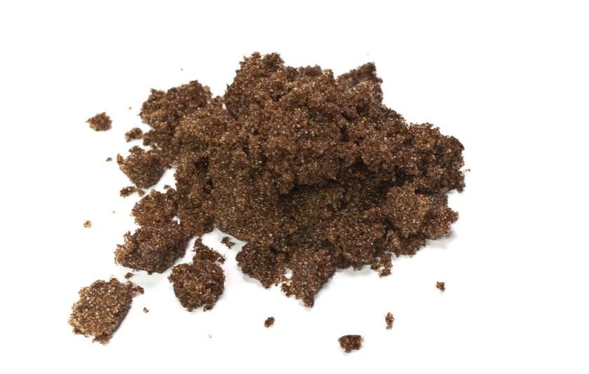 Azucar de caña, azúcar moreno. Se obtiene de la trituración de la caña de azúcar.