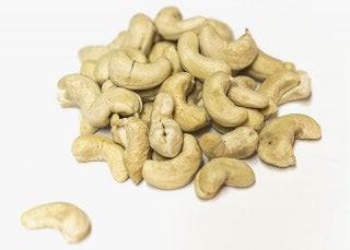Anacardos crudos. Selección de frutos secos naturales