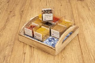 Cesta discovery Albaicín. Pack de especias variadas sobre una cesta de azulejo Granadino artesanal