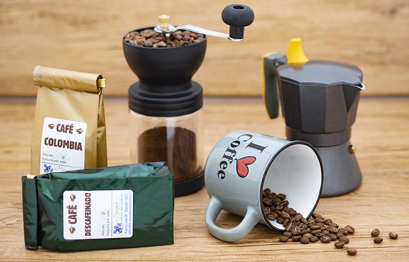 Pack de Café. Incluye taza, 2 tipos de cafés (1 de ellos descafeinado), molinillo de café y cafetera